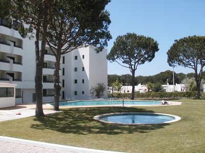 Piscinas e jardim. Swimming pools and garden.