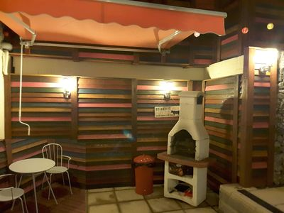 Barbeque has canopy so you can enjoy any weather