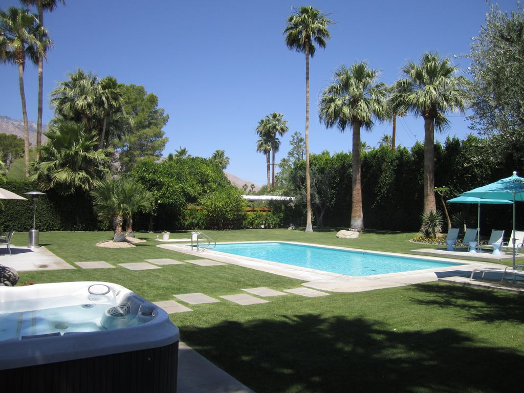 Mid century modern gem with resort like private yard and for Plush pad palm springs