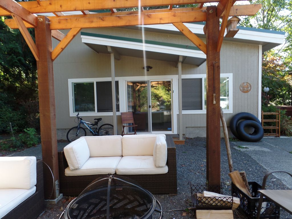 Private studio guest home near whatcom lake with hot tub for 13 salon bellingham