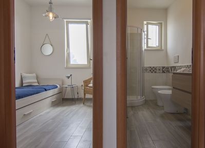 Bedroom with two single beds and bathroom