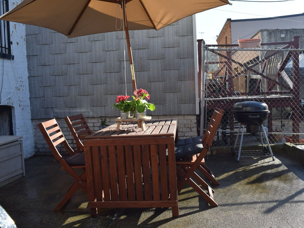 large 2 br with access to backyard in sunny homeaway ridgewood