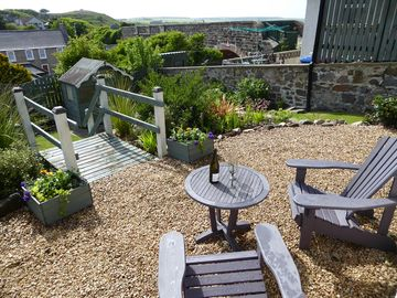 Camrose Cottage - Spacious Seaside Getaway with Private Enclosed Garden
