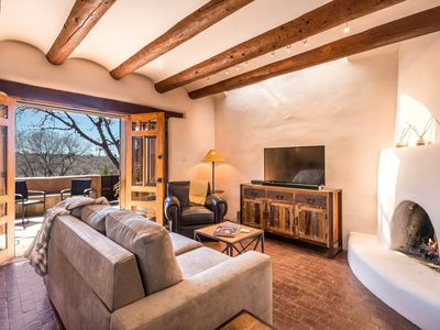 Quintessential Eastside Pied-a-Terre, Fabulous Views and Patios, Kiva Fireplace, Walk to Canyon Rd.