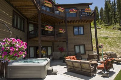 New Private Hot tub - Outdoor gas fireplace, new private hot tub and summer flowers!