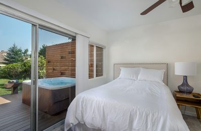 North Bend Escapes North Bend Downtown Suite with private back yard, hot tub.