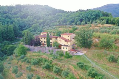 Villa Mario immersed in the green of the Tuscan countryside