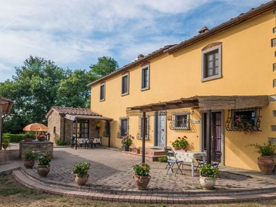 Lovely apartment for 5 people with WIFI, pool, A/C, TV, pets allowed and parking, close to Arezzo