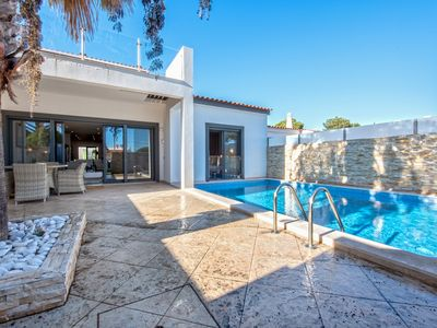 Photo for Modern and luxurious three bedroom villa with pool at Vale do Lobo