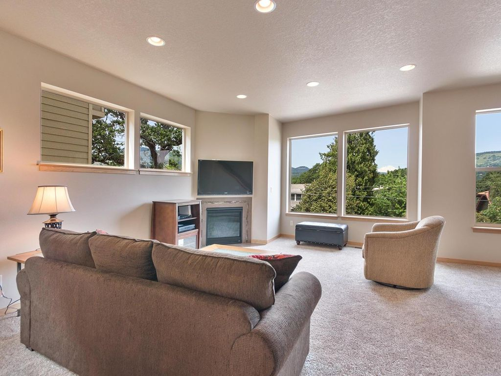 Modern view home in the center of hood rive vrbo for Modern view homes