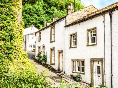 Photo for IVY COTTAGE, pet friendly, with hot tub in Settle, Ref 930910