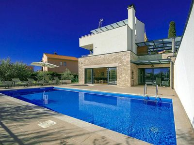 Photo for Modern villa with private pool, jacuzzi and sauna 10 km from Pula
