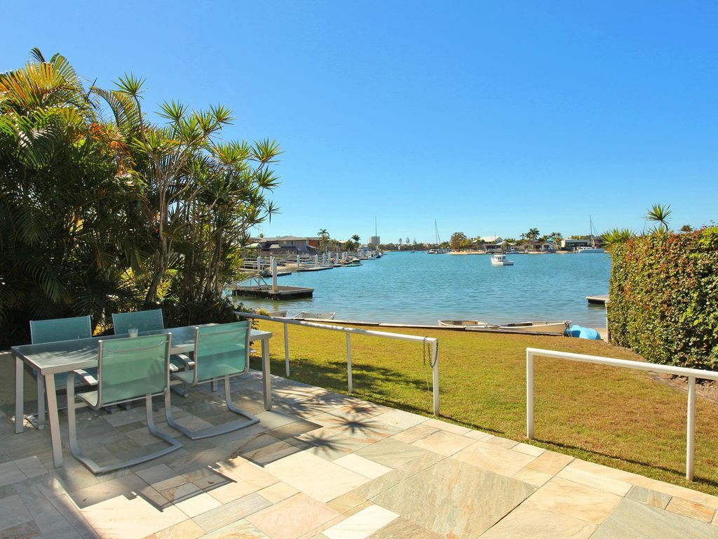 A very welcoming 4 bedroom, family friendly, waterfront unit, save $80 January 2018