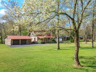 LUXURY FAMILY CABIN - TROUT STREAM - FISHING ON PROPERTY - PRIVACY