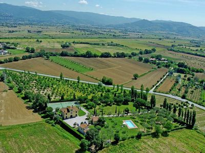 Photo for Villa with spacious garden, swimming pool, jacuzzi and tennis court, near Cortona