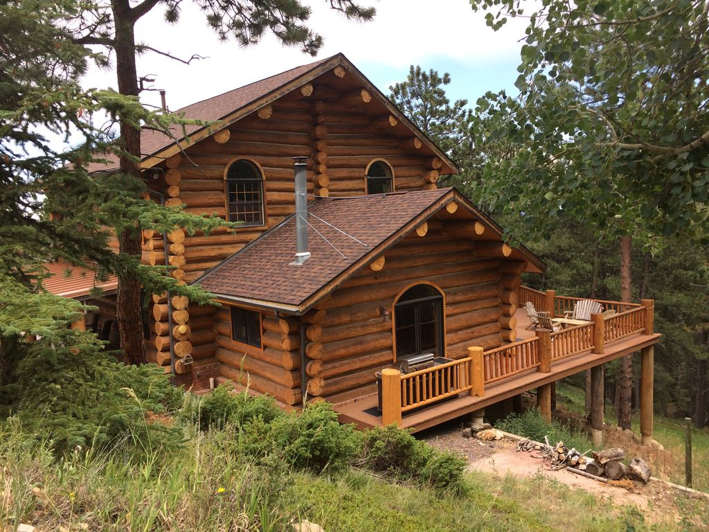 Spacious and secluded log cabin with deck i homeaway for Log cabin sunrooms
