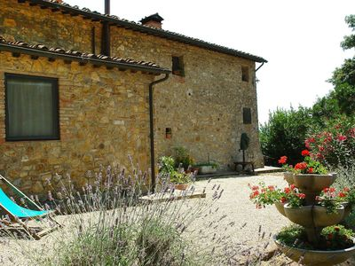 Photo for Cosy apartment in villa with pool, WIFI, TV, pets allowed and parking, close to San Gimignano