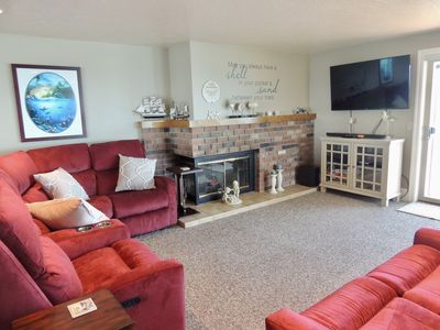 Living Rm area with 5 comfy recliners.