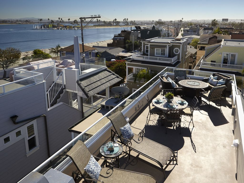 BAYSIDE WITH ROOFTOP DECK! BAY AND OCEAN VIEWS. WALK TO EVERYTHING ...