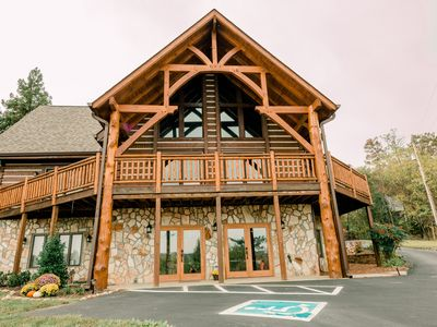 Log Cabin  w/ Gathering Space. Convenient to Windrock ATV Trails & Norris Lake.