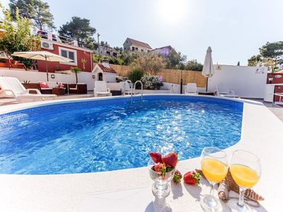 Photo for Cosy apartment for 5 people with pool, WIFI, A/C, TV, balcony and parking