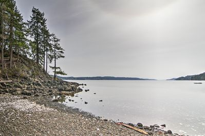 Enjoy Hood Canal in this 3-bedroom, 2-bath vacation rental villa in Lilliwaup.