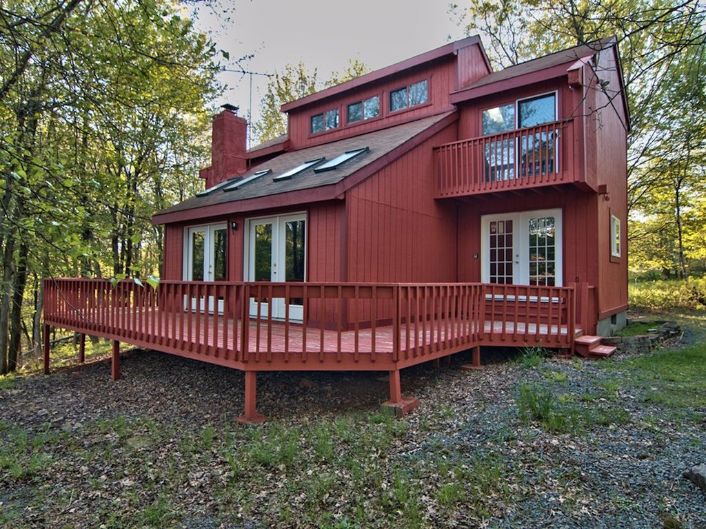Sun drenched 3br pocono chalet vrbo for Long pond pa cabin rentals