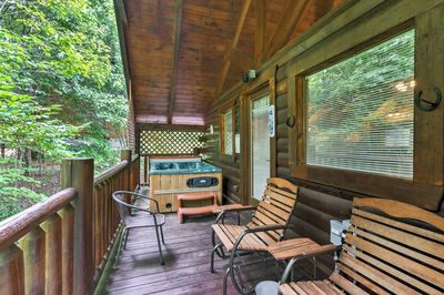 This cabin for 4 offers 2 bedrooms and 1.5 bathrooms.