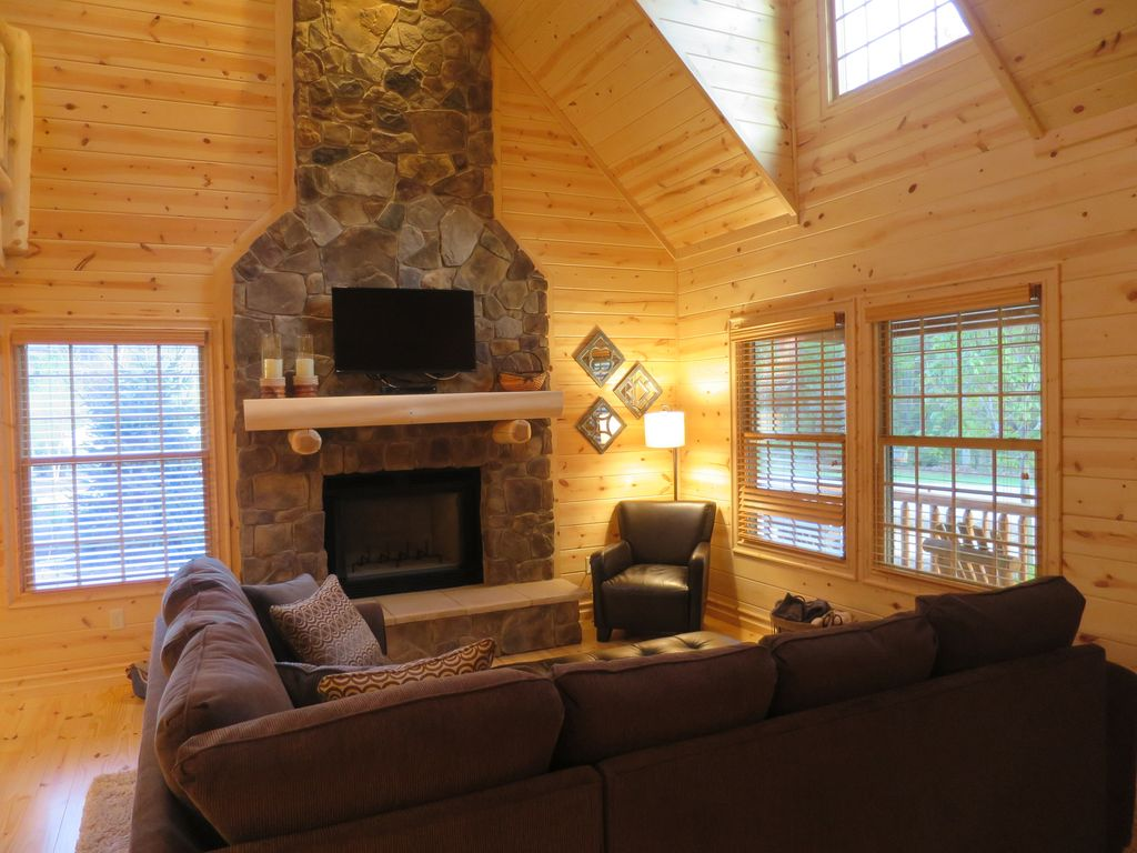 Knotty pines luxury cabin with private hot tub fire pit for Michigan romantic cabins
