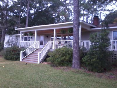 Pet-friendly 3 bedroom retreat with fantastic Shallotte River views