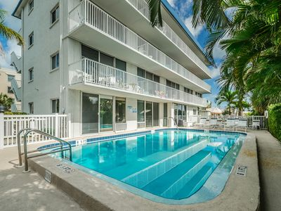 Waterfront Studio #22, Free Parking, Walk to Beaches, Pool, WiFi.