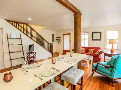 Walk to Upper King St. Historic downtown Charleston retreat. Free Off-street parking for 2 cars!