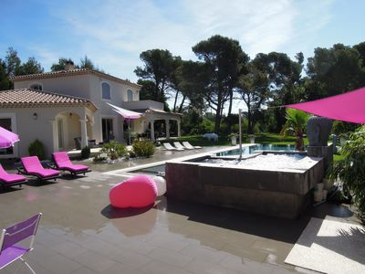 Photo for Contemporary villa pool 15 m / jaccuzzi in the heart of the Luberon land 4000 m2