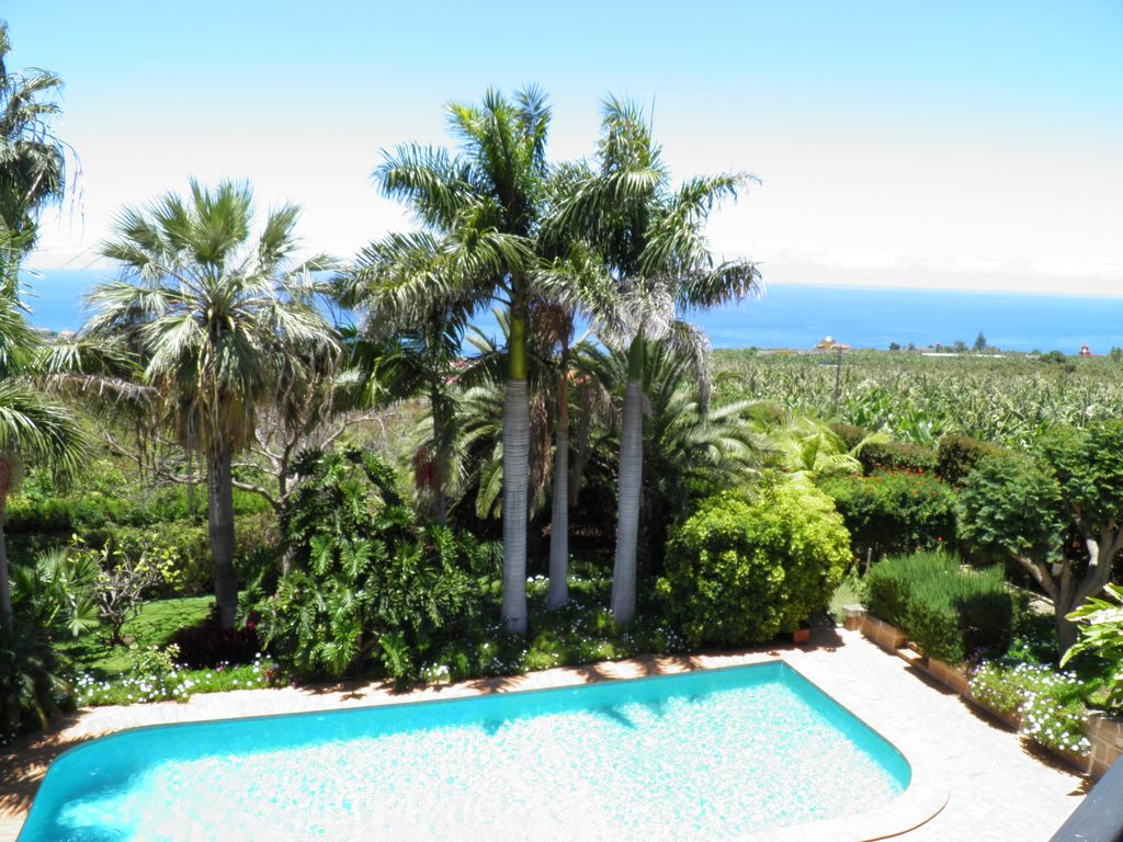 Villa Three Wishes: Large Colonial House with pool in a tropical ...
