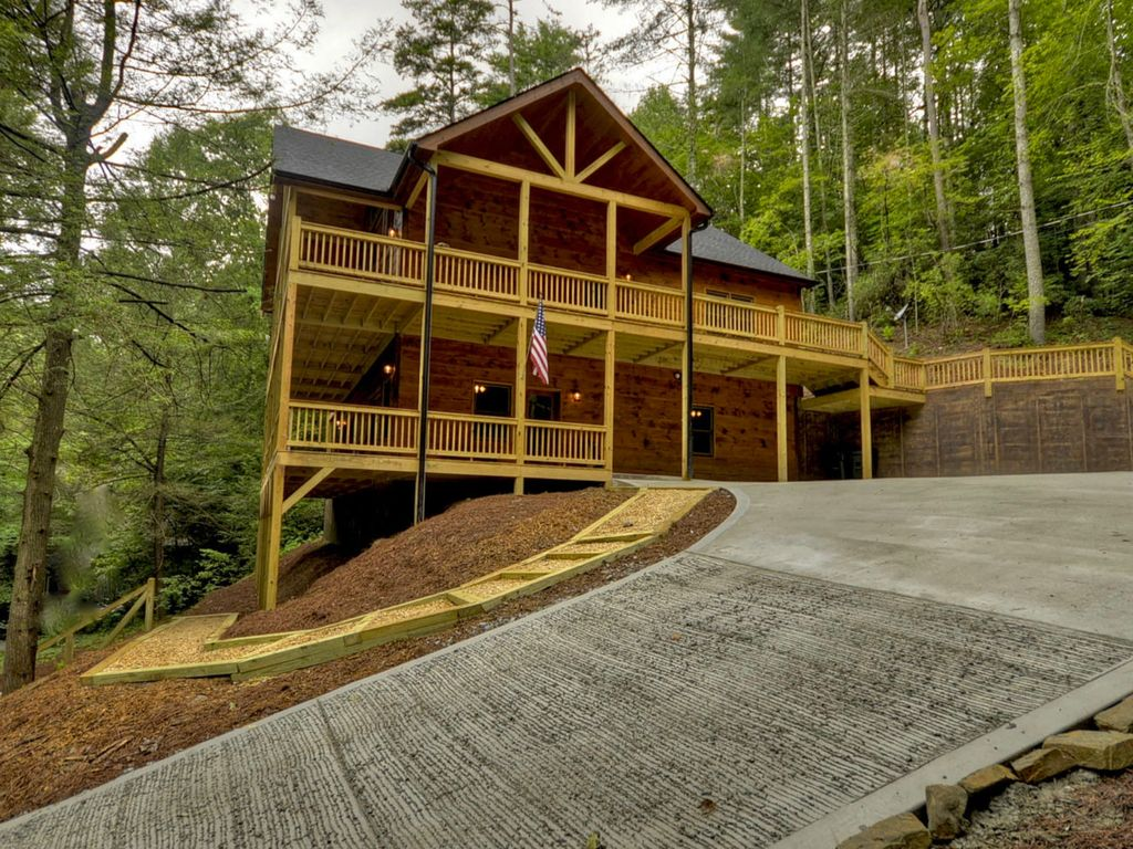 New Beautiful Riverfront Cabin In Ellijay Gated Community
