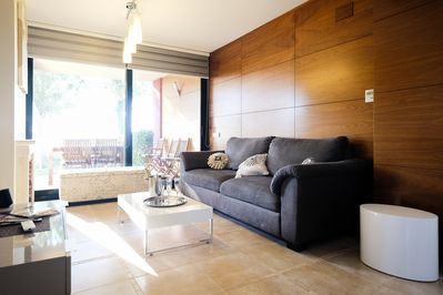 ... relax in this comfortable sunny living room (access to the terrace) ...