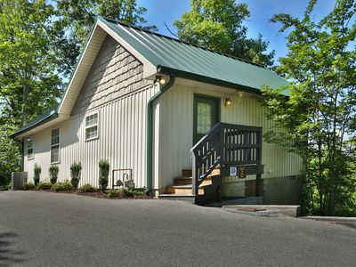 Cozy Retreat in the woods! Close to the Parkway and shows!