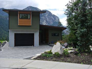 Upscale, Modern Private Upstairs Suite With Amazing Mountain Views