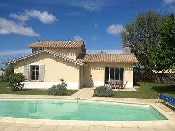Villa with private heated swimming pool, wifi, quiet on golf, near the sea