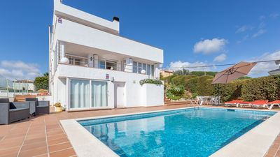 Photo for 4 bedroom Villa, sleeps 10 with Pool, WiFi and Walk to Shops