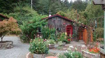 Rose Garden Bungalow: 10 minute drive to Arcata and Eureka