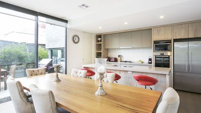 Fully equipped kitchen ,laundry and quality furnishing