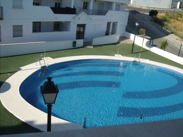Penthouse Apt with shared pool close to lake, restaurants, bars and amentiies