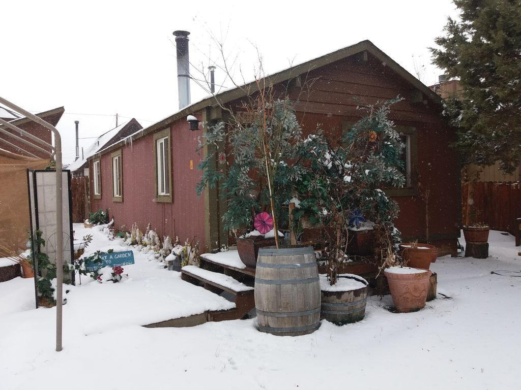 Cabin with fireplace pet friendly yard cast iron tub for Big bear pet friendly cabins