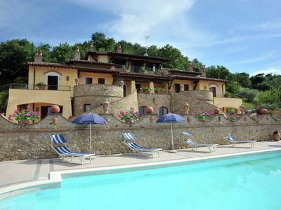 Photo for Apartment in rustic country house with pool in the green hills of Umbria