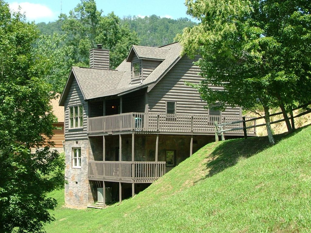Beautiful Multilevel Log Cabin With 2 Gathering Areas And 2 Decks
