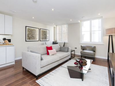Photo for Spacious Chancery Lane 1B apartment in City of London with WiFi & lift.