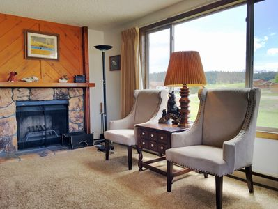 Awesome views, living room w/TV, internet, & books! Fireplace is not available