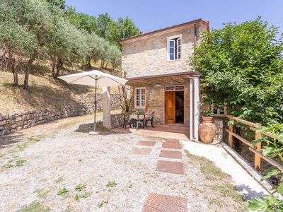 Photo for Lovely apartment in villa with pool, WIFI, TV, patio, pets allowed and parking, close to Lucca