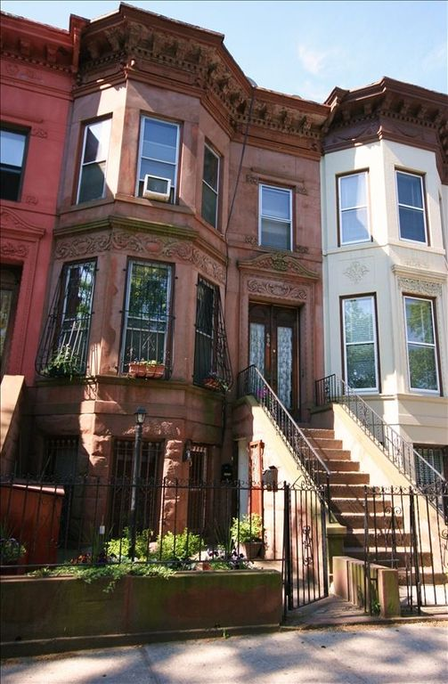 Beautiful 2 Bedroom Brownstone Suite